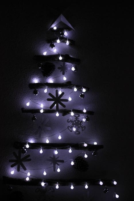 el sofa amarillo arbol de navidad con ramas (10)