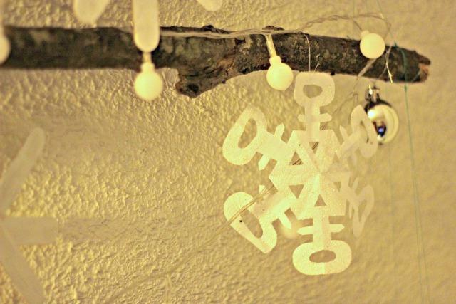 el sofa amarillo arbol de navidad con ramas (3)