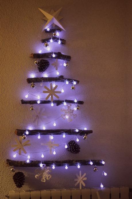 el sofa amarillo arbol de navidad con ramas (7)