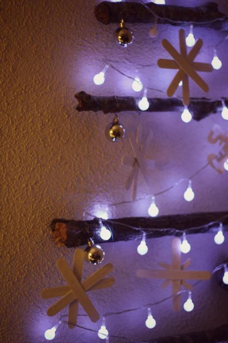 el sofa amarillo arbol de navidad con ramas (8)