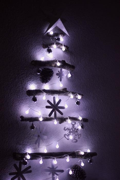 el sofa amarillo arbol de navidad con ramas (9)