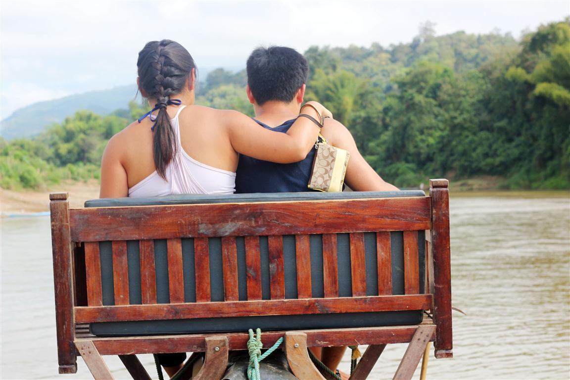 el sofa amarillo montar en elefante en laos (18)