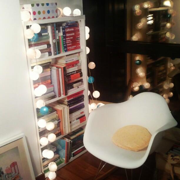 el sofá amarillo estanterías grandes (12)