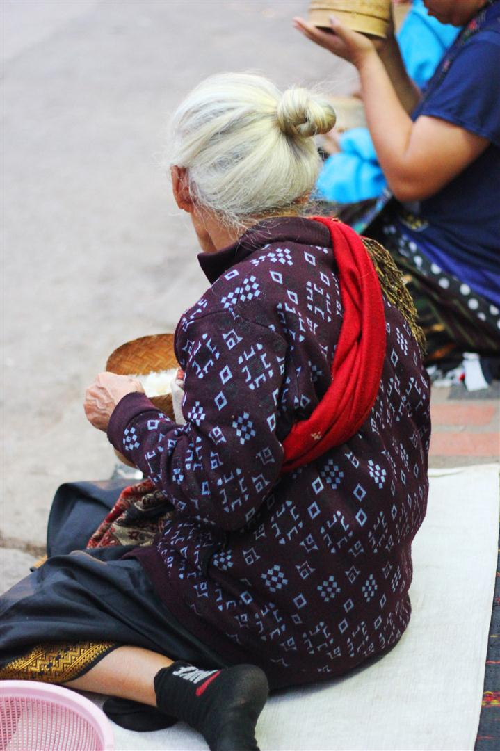 el sofa amarillo limosna monjes laos luang prabang (11)