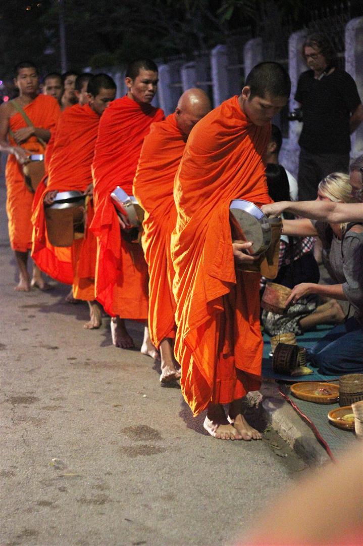 el sofa amarillo limosna monjes laos luang prabang (4)