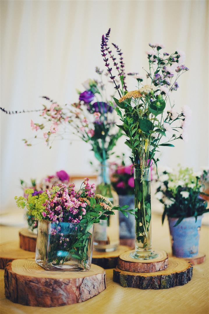 el sofa amarillo boda flores campestres rodajas de madera (1)