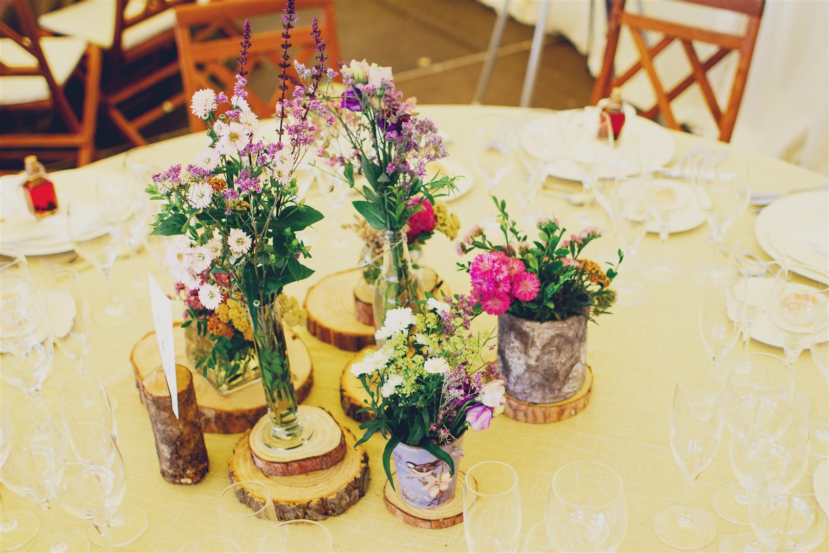 el sofa amarillo boda flores campestres rodajas de madera (2)