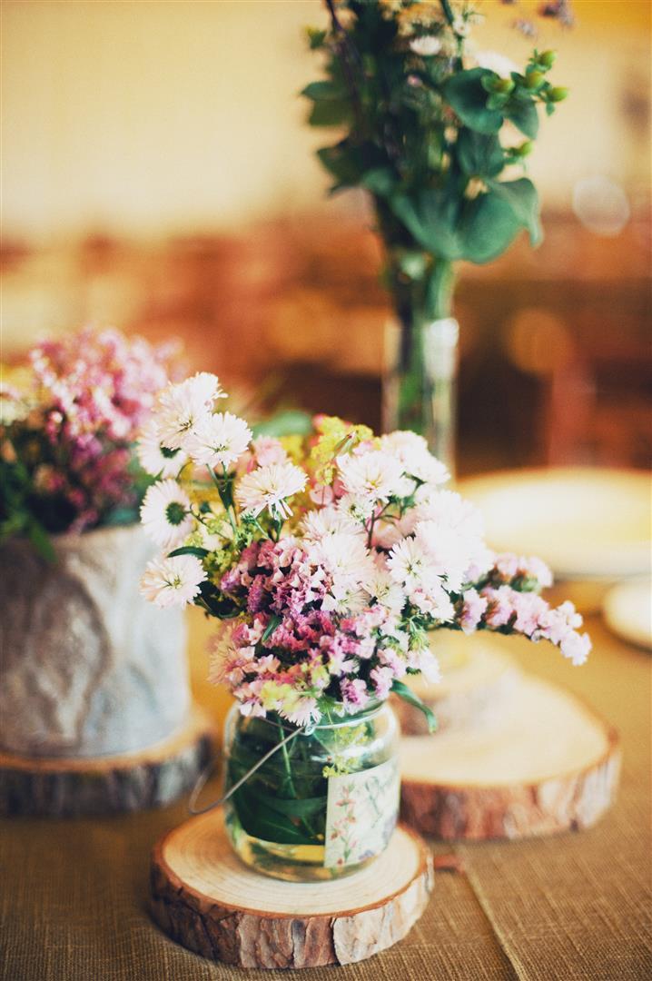 el sofa amarillo boda flores campestres rodajas de madera (4)