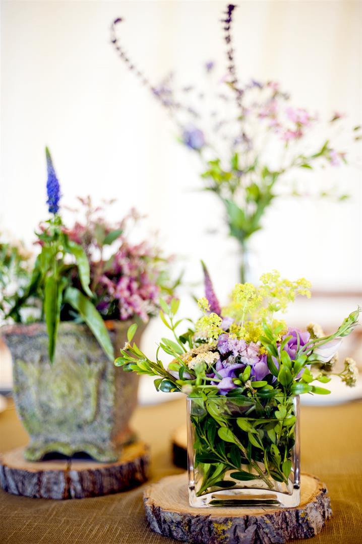 el sofa amarillo boda flores campestres rodajas de madera (5)