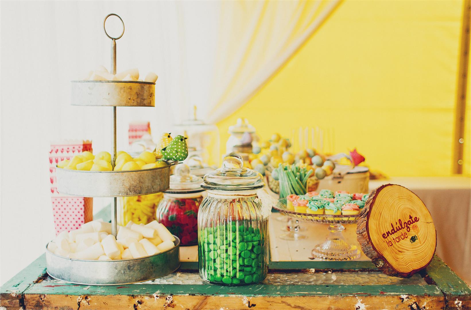 el sofa amarillo mesa de postres boda rustica (1)