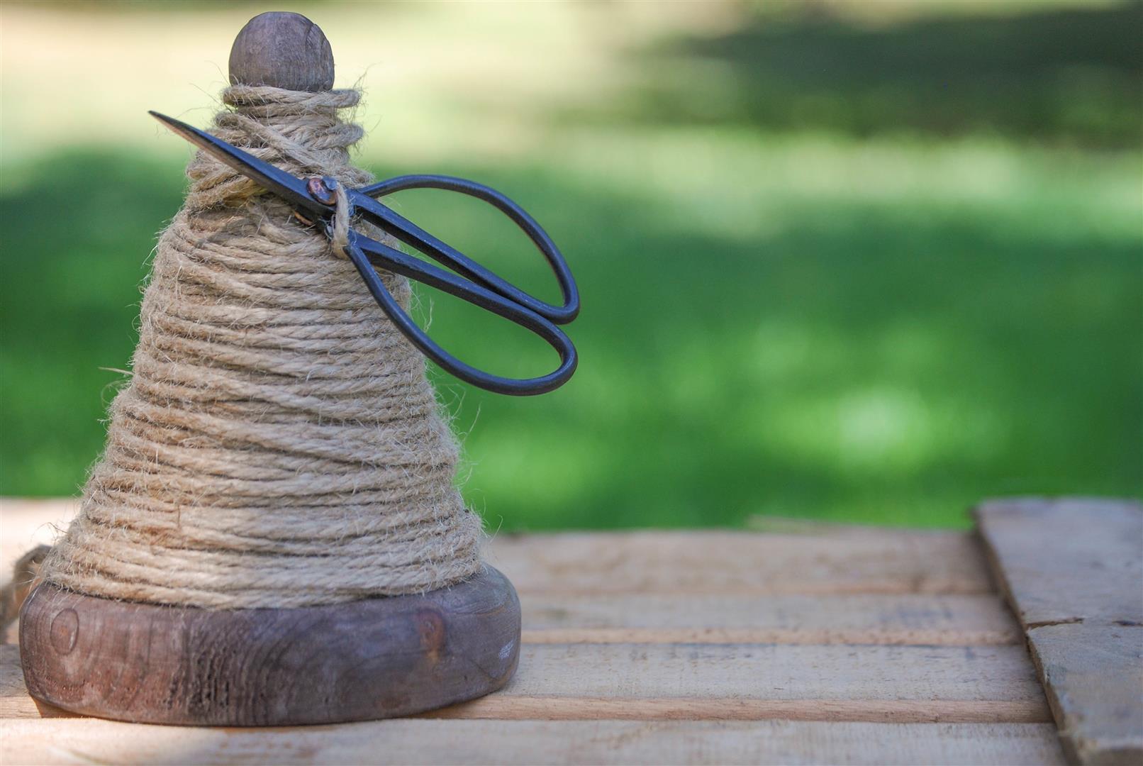 bobina-madera-cordon-cuerda-rustico-tijeras (5)