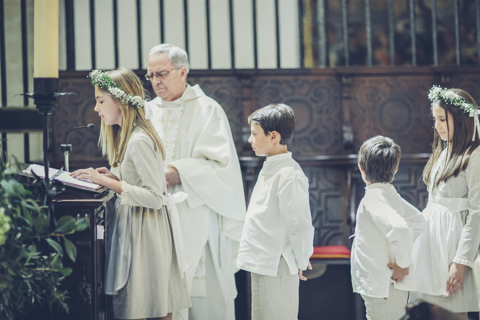 lectura ninos ceremonia iglesia