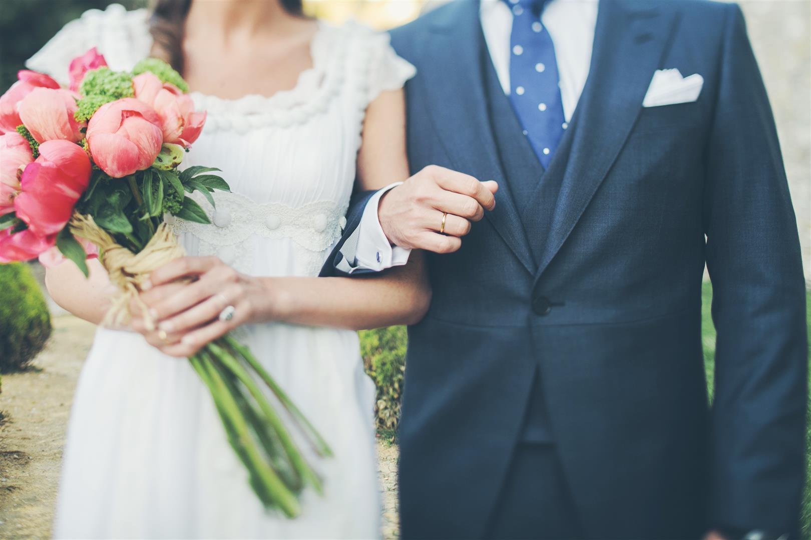 ramo de novia de peonias coral y tallo largo